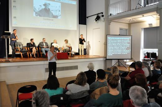 Élodie Hémery, directrice de l'INJS, présente la conférence