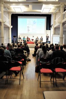 La salle était bien remplie pour cette conférence.