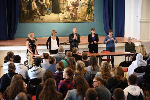 Mme Hémery, directrice de l'INJS, accueille les collégiens