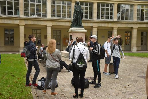Les lycéens commencent à se rassembler dans la cour d'honneur de l'INJS.