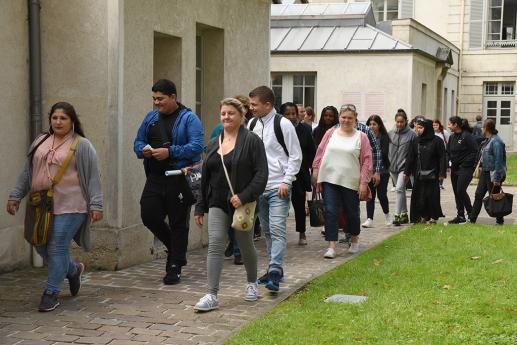 Les lycéens et leurs parents se rendent à la salle des fêtes.