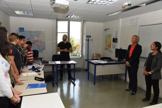 Mme Sophie Cluzel, Secrétaire d'Etat en charge des personnes handicapées, visite une classe du collège.