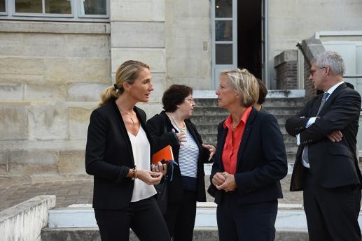 Mme Sophie Cluzel, Secrétaire d'Etat en charge des personnes handicapées, s'entretient avec Elodie Hémery, directrice de l'INJS..