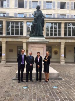 De gauche à droite : David Gruson, DG FHF , Frédéric Valletoux, Président de la FHF, Agnès Buzyn, Ministre de la Santé, et Élodie Hémery, Directeur de l'INJS