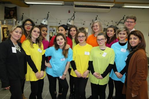 Les élèves de l'atelier coiffure et leurs professeurs, Mmes Virginie Martel et Myriam Souffrin.