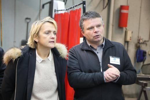Mme Florence Berthout, maire du 5e arrondissement, écoute les explications de M. Jean-Yves Langlois, professeur de métallerie.