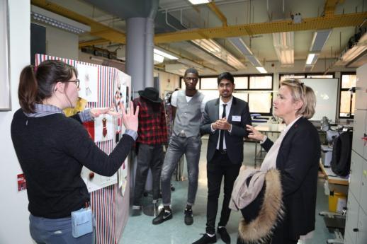 Mme Florence Berthout, maire du 5e arrondissement, en visite à l'atelier couture.