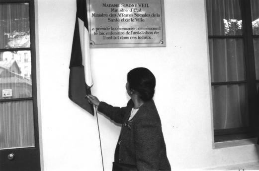 Mme Veil dévoile la plaque la plaque commémorant sa venue à l'INJS.
